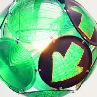 Re-Use (im Bild eine Lampe aus Ampelglas von gabarage) liegt voll im Trend.